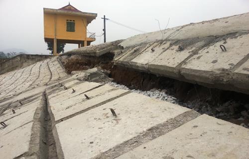Mái kè đê tả sông Mã đoạn qua xã Hoằng Khánh nứt toác nhiều chỗ. Các tấm lát và phần ghép nối bịxé rời rạc. Ảnh: Lê Hoàng.
